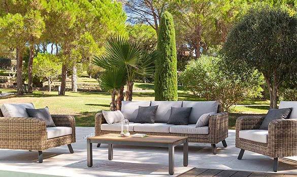 Le salon de jardin en résine tressée : durable et confortable